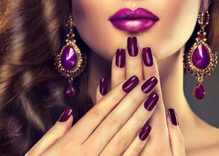 aretes: Estilo de la moda de lujo, las uñas de manicura, cosmética, maquillaje y pelo rizado