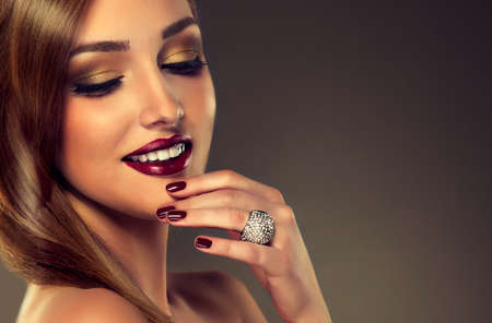 mooie vrouwen: Luxe mode-stijl, nagels manicure, cosmetica, make-up