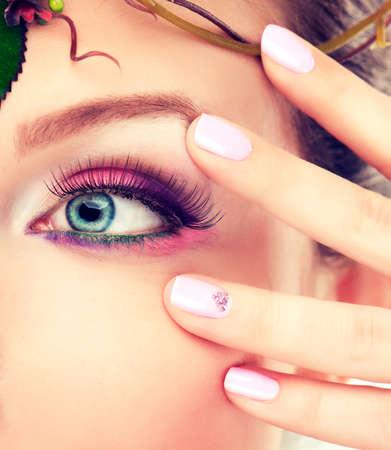 maquillaje de ojos: Maquillaje de ojos azules y uñas pintadas de color rosa. Maquillaje y cosméticos