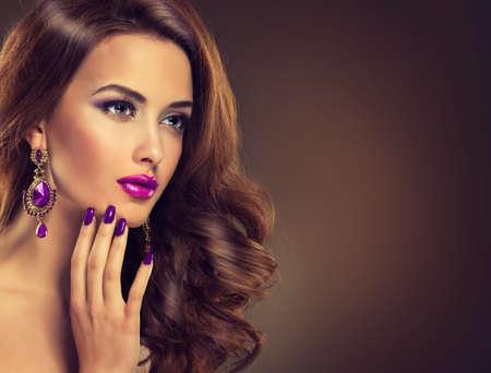 Belle brune de modèle avec de longs cheveux frisés Banque d'images