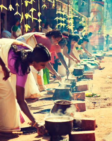 India. Kerala. Cooking women. Religious festival. 에디토리얼