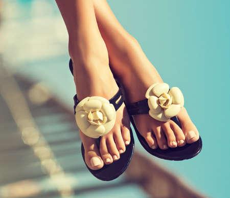 sandalia: Elegante piernas niñas pedicure con las uñas