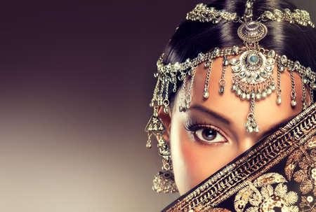 sciarpe: Belle donne indiane ritratto con gioielli. elegante ragazza indiana guardando al lato, stile bollywood