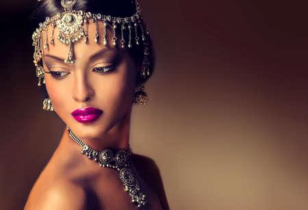 mujeres elegantes: Retrato hermoso de las mujeres indias con la joyería. elegante chica india mira a la cara, estilo bollywood