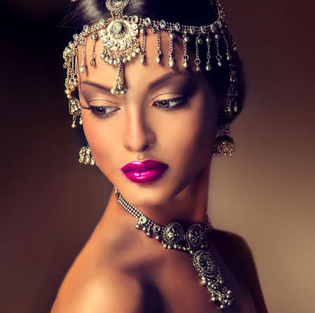 Mooie Indische vrouwen portret met sieraden. elegant Indiase meisje op zoek naar de kant, bollywood stijl Stockfoto