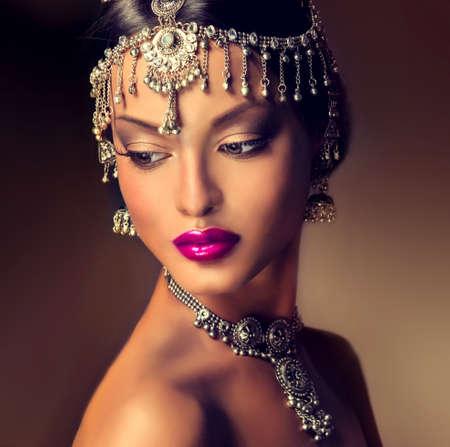 maquillaje de ojos: Retrato hermoso de las mujeres indias con la joyería. elegante chica india mira a la cara, estilo bollywood