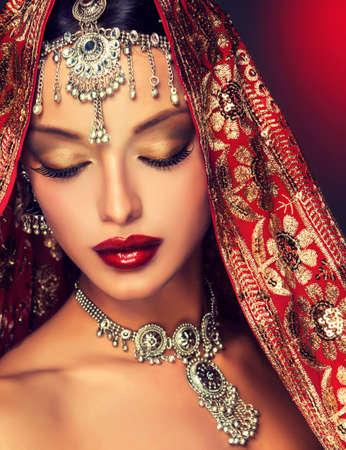 boda: Retrato hermoso de las mujeres indias con joyas y sari rojo tradicional