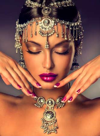 fille indienne: Belle femmes indiennes portrait avec des bijoux et sari rouge traditionnel Banque d'images