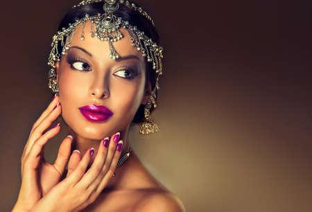 sciarpe: Belle donne indiane ritratto con gioielli e rosso sari tradizionale
