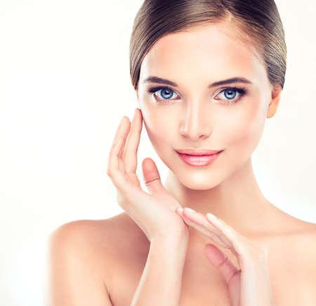 visage: Belle jeune femme avec la peau fra�che et propre de pr�s