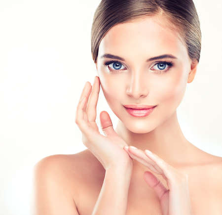 caras: Mujer joven hermosa con la piel limpia fresca de cerca