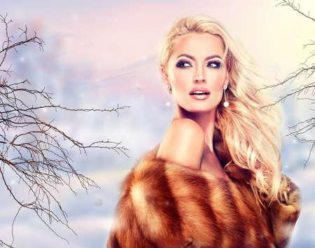 chaqueta: Mujer del invierno en abrigo de pieles de lujo. Belleza Chica Modelo de modas