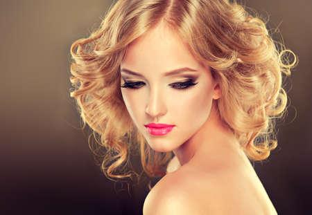 Mooie blonde meisje met kapsel gekruld haar .Luxe mode-stijl.