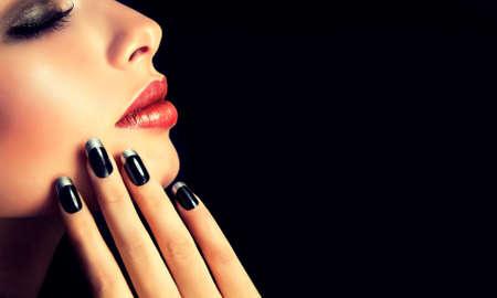 modelos negras: Estilo de lujo de la moda, manicura, cosmética y maquillaje.