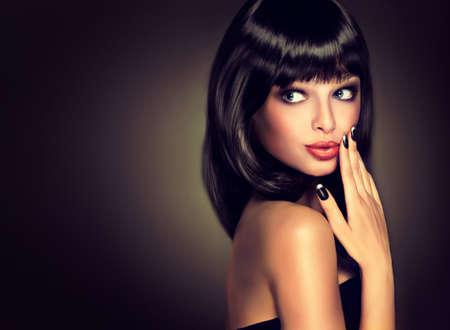 unas largas: Muchacha hermosa sorprendida mirada. Modelo morena con el peinado de la atención. Pelo negro y una manicura negro en el estilo de la moda nails.Luxury, las uñas de manicura, cosmética, maquillaje