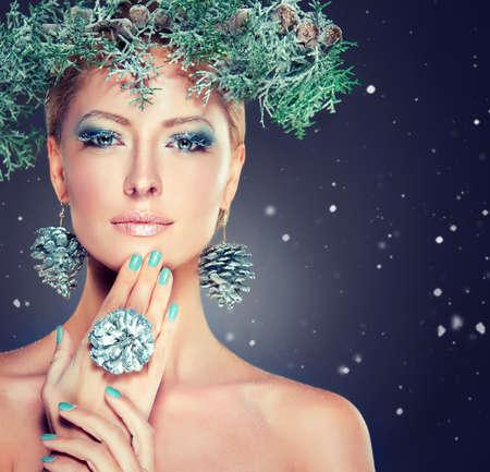 Christmas fashion model girl with snowy wreath on the head Foto de archivo
