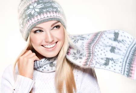 niñas bonitas: Muchacha de la belleza del invierno que lleva el sombrero y la bufanda. Foto de archivo
