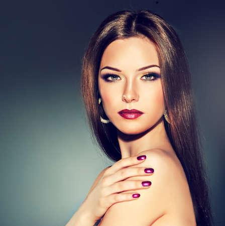 capelli lunghi: Ragazza bruna con i capelli lunghi e lisci. Acconciatura alla moda e il trucco. Archivio Fotografico