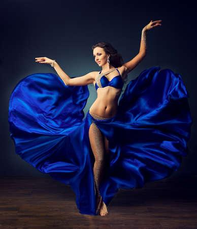 ragazze che ballano: Ragazza di Dancing in costume di carnevale. Movimento espressivo della danza. Archivio Fotografico