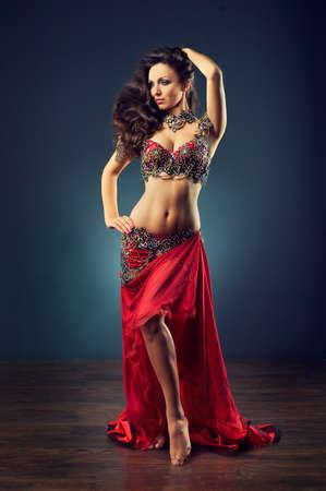 카니발 의상에서 춤추는 소녀. 댄스의 표현적 움직임. 스톡 콘텐츠