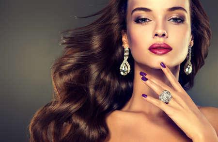 aretes: Modelo de Niza chica joven con densa, pelo rizado. Brillante moda maquillaje y peinados. Foto de archivo