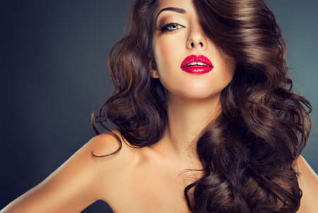 mode: Bright fashionabla makeup. Trevlig ung flicka modell med tät, lockigt hår.