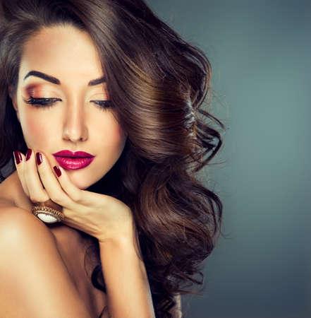 Maquillage mode Bright. Belle jeune fille modèle avec dense, cheveux bouclés. Banque d'images - 48980154