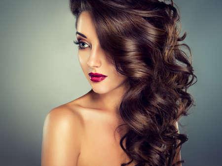 unas largas: Maquillaje de moda brillante. Modelo de Niza chica joven con densa, pelo rizado.
