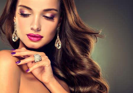 Schöne Modell Brünette mit langen gekräuselten Haar. Luxus-Mode-Stil, Nägel Maniküre, Kosmetik, Make-up Standard-Bild - 49581639