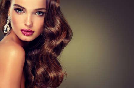 긴 웅크 리고 머리를 가진 아름 다운 모델 갈색 머리. 럭셔리 패션 스타일, 손톱 매니큐어, 화장품, 메이크업