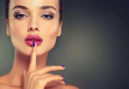 Style de mode de luxe, ongles manucure, cosmétiques, maquillage .Look pleine de passion. Banque d'images - 49581640