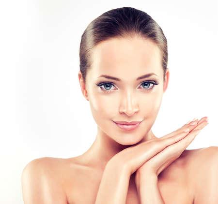 Schöne junge Frau mit saubere frische Haut close up Porträt. . Hautpflege Gesicht. Kosmetologie Standard-Bild - 49581646