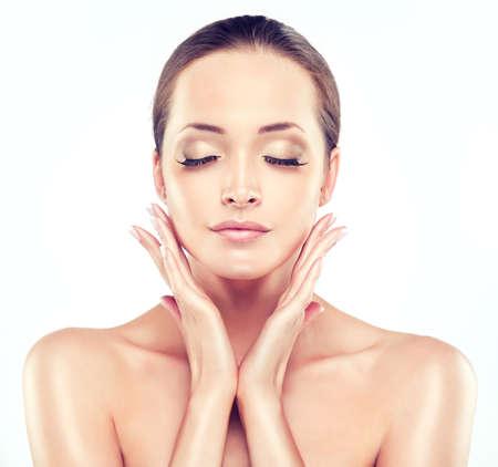 Piękna młoda kobieta z czystej świeżego skóry bliska portret. , Pielęgnacja skóry twarzy. Kosmetyka