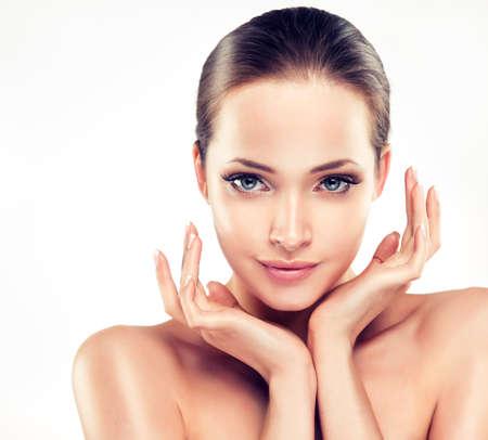piel: Mujer joven hermosa con la piel limpia fresca cerca retrato. . Cara cuidado de la piel. Cosmetología