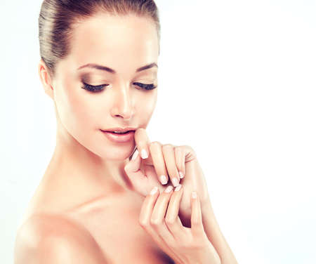 Schöne junge Frau mit saubere frische Haut close up Porträt. . Hautpflege Gesicht. Kosmetologie Standard-Bild - 49581647