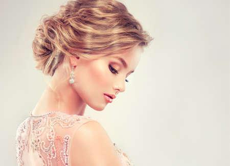 Beispiel für Hochzeitsfrisur. Schönes Mädchen, hellbraunes Haar mit einem eleganten Frisur. Standard-Bild - 54751971