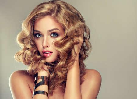 Schöne blonde Mädchen. Haar mit einem eleganten Frisur, Haar gewellt, lockige Frisur. Schmuck, Ohrringe und Armband.
