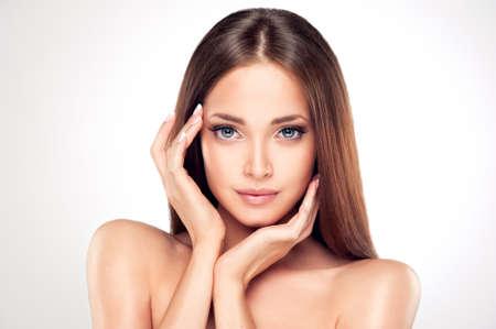 Hermosa mujer joven con la piel limpia fresca de cerca retrato. Cosmético, cosméticos, de cuidado del cabello.