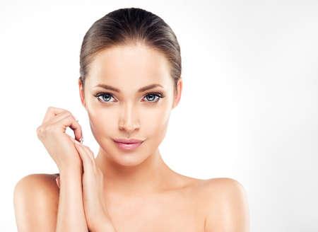 piel humana: Hermosa mujer joven con la piel limpia fresca de cerca retrato. Cosmético, cosméticos, de cuidado de la piel.
