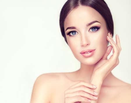 Hermosa mujer joven con la piel limpia fresca de cerca retrato. Cosmético, cosméticos, de cuidado de la piel.