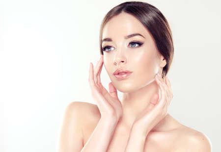 Mooie Jonge Vrouw met schone huid close-up portret. Cosmetica, cosmetica en huidverzorging. Stockfoto