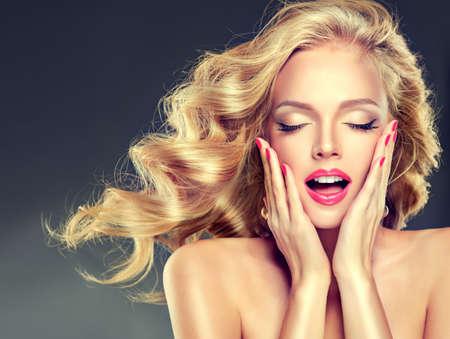 cabello rubio: Retrato del modelo joven con volar ondulado, denso pelo rubio. Expresión en la inspiración, diversión y plesure.