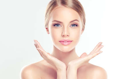 piel humana: Retrato de la hermosa joven, sonriendo Mujer con la piel tocando la cara limpia, fresca, propia. Tratamiento facial. Cosmetología, belleza y spa.