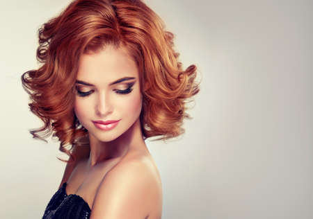 中央の長さとブルネットの美しいモデル カール髪と明るいです。グラマー夜スタイル。 写真素材