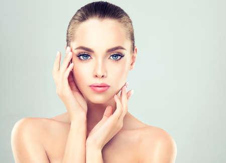 Junge Frau mit saubere frische Haut und weich, zart machen up.Image von Frische und cleanliness.Cosmetology und Beauty-Technologie. Standard-Bild - 71565746
