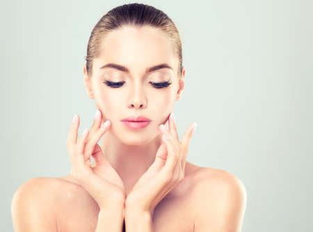 젊은 여자 깨끗 한 신선한 피부와 부드러운, 섬세 한 메이크업. 신선도 청결의 이미지입니다. 화장품 및 뷰티 기술입니다.
