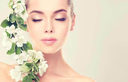 젊은 여자 깨끗 한 신선한 피부와 부드럽고 섬세 한 메이크업. 신선도와 청결의 이미지입니다.