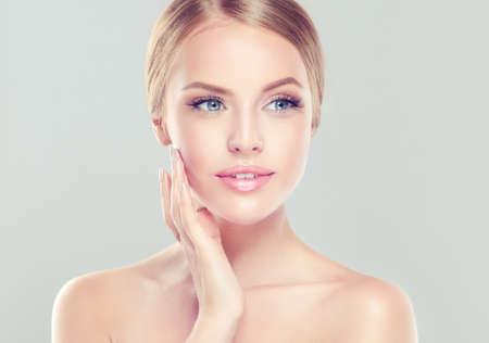 Jonge vrouw met schone, frisse huid en zachte, delicate make-up. Inzicht in frisheid en netheid. Kosmetologie, plastische chirurgie, gezichtsbehandeling en schoonheidstechnologieën. Stockfoto