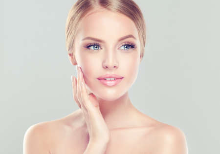 Junge Frau mit sauberen frischen Haut und weichen, zarten Make up.Image von Frische und Sauberkeit.Kosmetik, plastische Chirurgie, Gesichtsbehandlung und Beauty-Technologien. Standard-Bild - 79618664