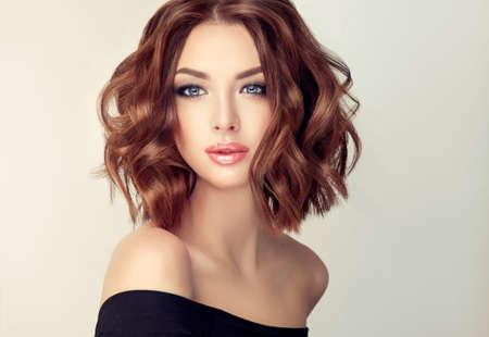 현대, 유행 하 고 우아한 헤어 스타일 매력적인 갈색 머리 여자. 중간 길이, 밀도 및 곱슬 머리의 예. 부드러운 메이크업 및 긴 속눈썹.